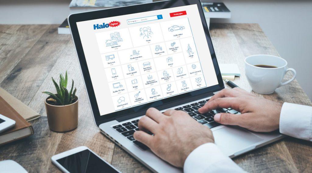 Čovek pretražuje Halo oglasi sajt na laptopu